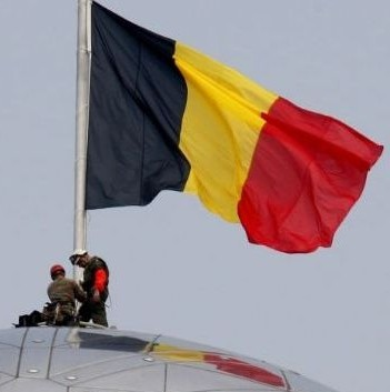 1-belgian-soldiers-set-up-belgian-flag-on-top-of-atomium-in-brussels_246